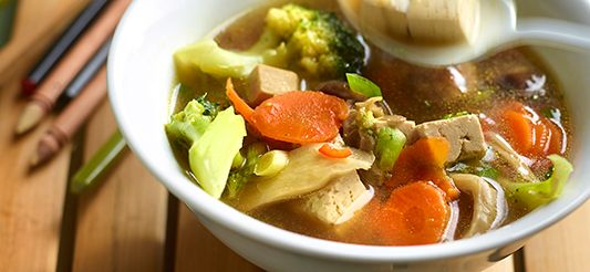 Bouillon van gemarineerde tofu met groenten