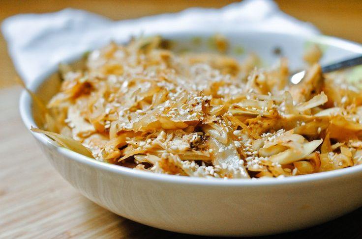 Utiliser les restes avec cette recette de chou sauté et poulet à la sauce piquante, parfaitement spicy et facile à faire pour les déjeuners en semaine.