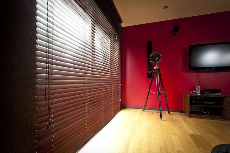 Eksotiske tresorter, brukt i produksjonen av horisontale trepersienner, gir interiøret et unikt preg. Lys- og skyggestriper som reflekteres av lamelloverflaten gir interiøret et uvanlig og elegant preg.