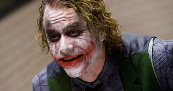 """Cómo elaborar el maquillaje de The Joker  (de la nueva saga de Batman). La saga de El caballero de la noche (""""The Dark Knight"""") ha acumulado un récord tras otro en la taquilla. Pero ¿qué es lo que está alimentando esta nueva locura por Batman? Es The Joker -Comodín o El Guasón- ¡por supuesto! Esta nueva versión del legendario psicópata de la risa malévola, es un éxito a todo lo largo y ancho de un mar de fieles ..."""