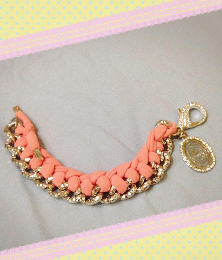 Bracciale rosa realizzato con tecnica ad intreccio sulla catena. Sono disponibili di vari colori anche su ordinazione. Contattatemi!! email:butterflydilaura@gmail.com