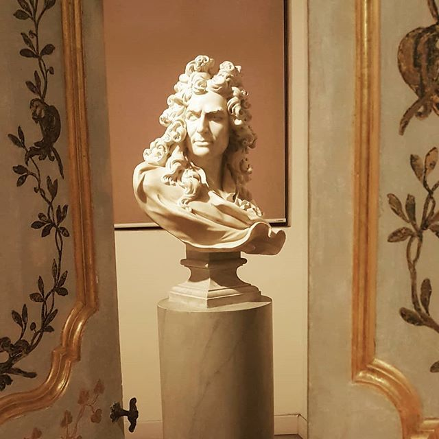 Vydarena instalacia v histickom prostredi galerie Palazzo Barberibi. Slovenski historici umenia urcite pomozu identifikovat ci ide o Berniniho... . #bernini #asibernini #chyba #fail #barberini #rim #roma