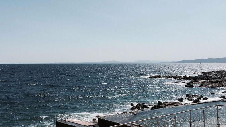 L'hôtel Les Roches Rouges à Saint-Raphaël est placé face à la mer Méditerranée et offre un magnifique panorama de la Côte d'Azur. #hotel #luxe #luxury #design #saintraphael #cotedazur #provence #mediterranee