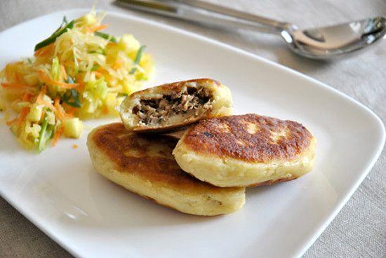 Пирожки из картофельного теста с фаршем и грибами