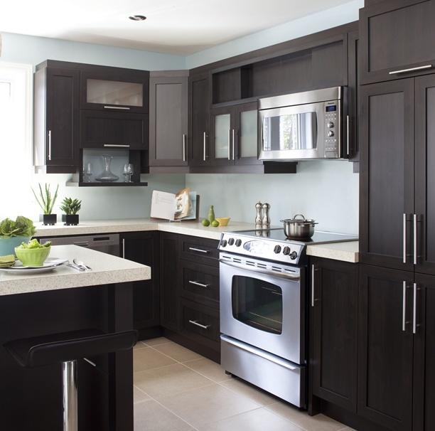Armoires de cuisine de style contemporain. L'îlot et la totalité de la cuisine ont été réalisé en merisier. Le tout est harmonisé avec un comptoir de stratifié de deux pouces d'épaisseur.