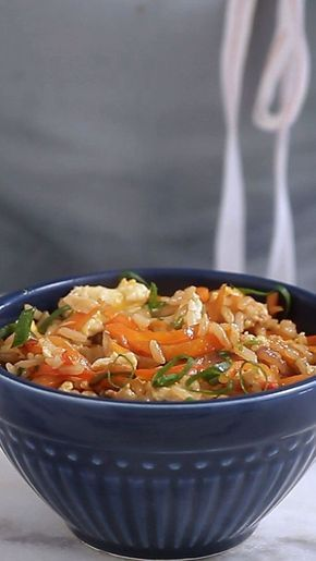 Receita com instruções em vídeo: Que tal fazer essa receita apimentada e perfumada de Arroz Thai? Ingredientes: 2 colheres de sopa de óleo de gergelim torrado, 200g de peito de frango cortado em ...
