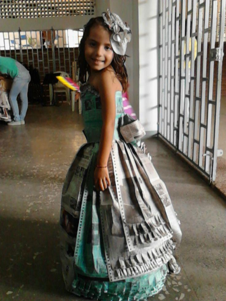 Vestido de Antaño hecho en papel de periódico reciclado