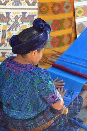 Santa Cruz La Laguna, Guatemala: Mujer tejiendo en telar de cintura en San Antonio.