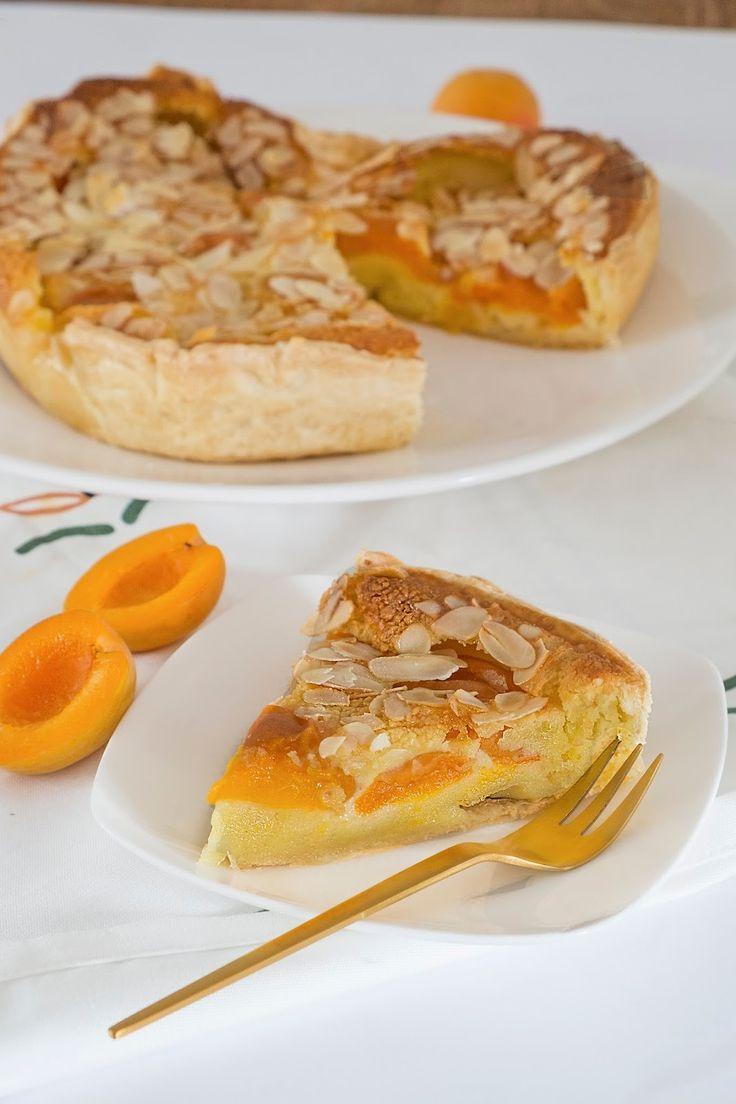 Frisse abrikozentaart met bladerdeeg bodem - Recept uit Portugal - Erg lekker frisse abrikozentaart en zo simpel te maken. Deze taart is ook super lekker als dessert met vanille ijs en een toefje van slagroom. Deze abrikozentaart kun je ook lekker met verse kersen of verse pruimen maken. Is een kwestie van smaak. Verse abrikozen hebben mijn voorkeur. In ongeveer 1 uur en 20 minuten ben je klaar. Deze frisse abrikozentaart is niet te zoet, is echt ideaal voor bij de koffie of thee...