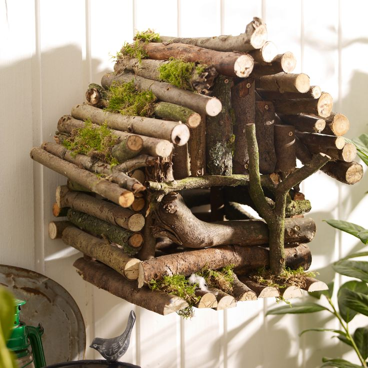 4 Bauanleitungen für Vogelhäuser: So bauen Sie ein märchenhaftes Vogelhaus aus Ästen, ein Vogelhäuschen aus Holz zum Aufhängen oder Aufstellen.