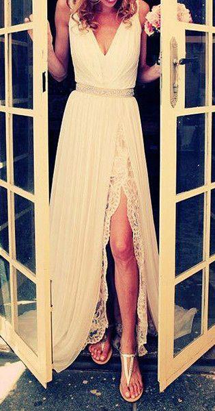 Longue robe blanche pour mariee fendue sur cuisse mise en valeur par dentelle