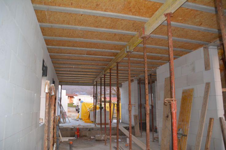 Montage du plafond. Le rdc a une hauteur de 2,70 m pour plus de confort.