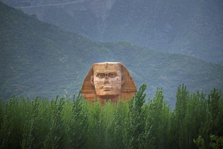 Sebuah kepala yang merupakan replika patung Sphinx, tampak di sebuah taman hiburan yang sedang dibangun di Shijiazhuang, Hebei, China.