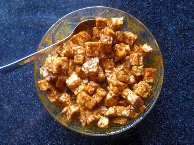 Tofu & tempeh. Marinade recept: • 4 eetlepels sojasaus • 2 eetlepels ketchup • 2 eetlepels sesamolie • 2 teentjes knoflook • ongeveer 1 cm gember (gemberpoeder of gembersiroop kan ook) • 1 theelepel sambal