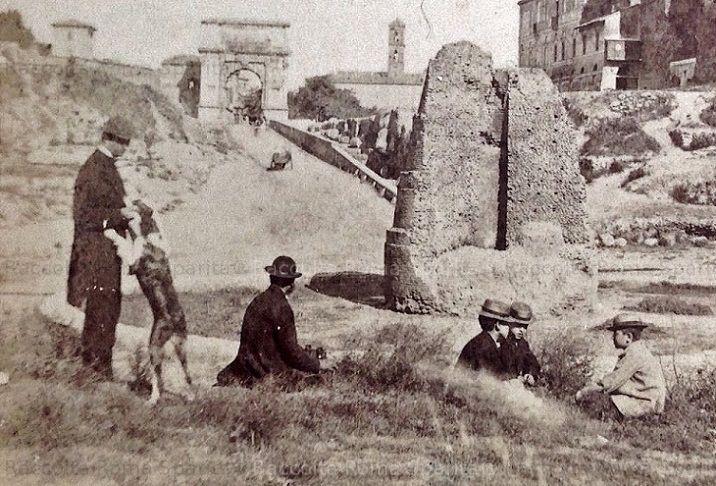 Piazza del Colosseo – Veduta della Meta Sudante, sullo sfondo della via Sacra Anno: 1865 ca.