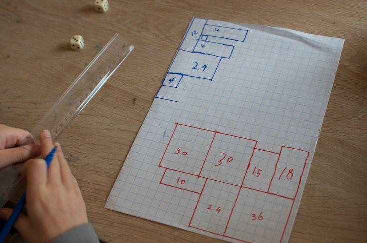 Dit is een leuk spel om het vermenigvuldigente oefenen. Ook leert het iets over lengte, breedte en oppervlakte. Je hebt twee dobbelstenen nodig, twee stiften in verschillende kleuren, een vel ruitjespapier en natuurlijk twee kinderen die al kunnen vermenigvuldigen. De bedoeling van het spel is om zoveel mogelijk vierkantjes van het vel te veroveren. Om de beurt gooien de kinderen met de twee dobbelstenen, de getallen leveren een lengte en een breedte op die samen een rechthoek of vierkant…
