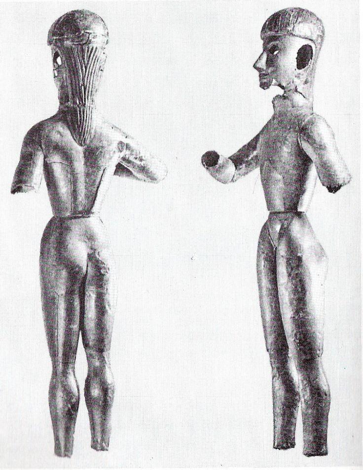 """Dreros'tan bronz figürinler.Heraklion'da. MÖ.700 Muhtemelen 8.yy Apollon tapınağının zeminin köşesinde dikilen kült heykelcikleri. Ellerin pozisyonu belirgin değil. Yapım tekniği """" sphyrelaton"""". ( Bu teknikte bronz levhacıklar ahşap çekirdeğin üzerine tutturulup çekiçlenerek şekillendiriliyor. Altın figürinler için de kullanılan bir teknik. )"""