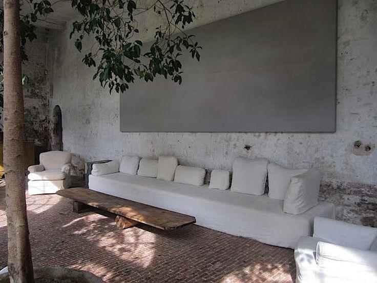 Mi piace l'idea del divano fatto probabilmente in muratura. Mi piace anche il quadro appeso sopra il divano.