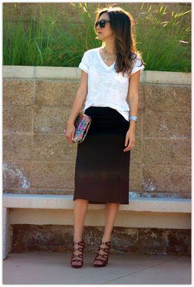 ラフな白Tシャツ着こなしコーデ術!黒スカートと合わせて上品に。レースアップシューズでメリハリをつけて。
