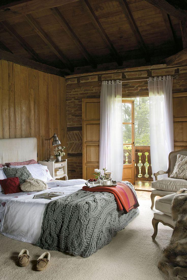 00310508. Dormitorio principal rústico con ropa de cama en tonos blanco, grises y rojos_00310508