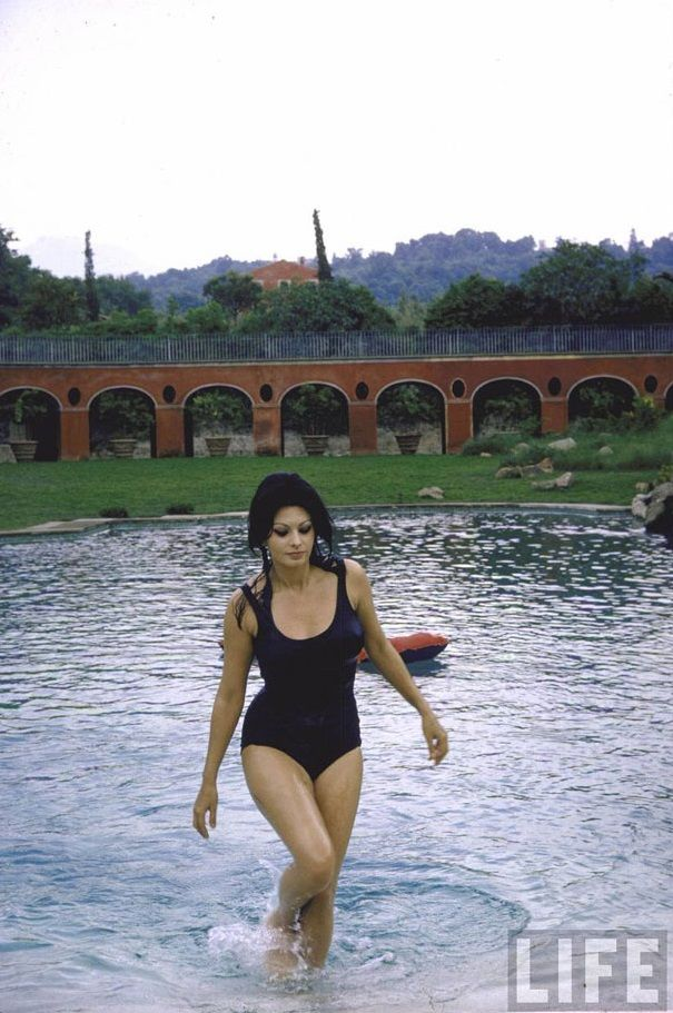 Sophia Loren in her pool in Rome via Tres Bohemes