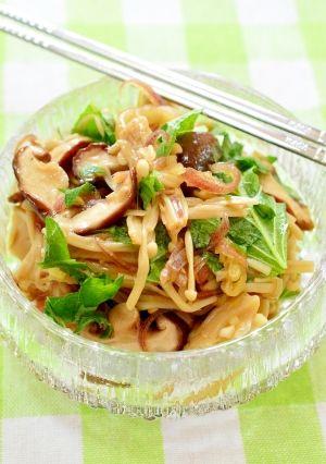 「サッパリ!色々きのこと☆香味野菜の浅漬け風」常備菜としても美味しい、サッパリとしたきのこと大葉、茗荷の香味野菜を使った浅漬け風です。ポン酢で簡単味付け!レンチンで簡単!大葉は、手でちぎると香りが良いです。【楽天レシピ】