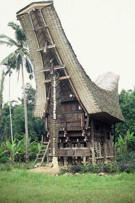 Tongkonan, vivienda tradicional de la comunidad Toraja de Sulawesi (Indonesia)