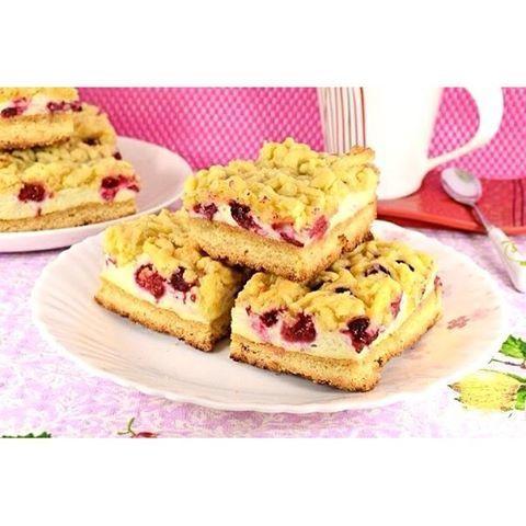 Песочный пирог с ягодами  Ингредиенты:  Для теста:  Масло сливочное (или хороший маргарин) — 250 г Сахар — 100 г Желтки сырых яиц — 5 шт Мука — 400 г Разрыхлитель — 1 ч.л.  Для меренги:  Белки сырых яиц — 5 шт Сахар — 100 г Крахмал картофельный (или кукурузный) — 30 г Масло растительное рафинированное — 50 г Ванильный сахар — 0,5 пакет.  Приготовление: Муку просеять в миску, добавить порезанное кусочками холодное сливочное масло или маргарин.Тщательно перетереть масло с мукой в крошку…