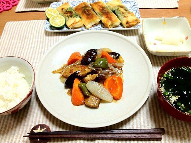 やっぱり、豚ヒレは柔らかくて美味し~ - 62件のもぐもぐ - 黒酢の酢豚、秋鮭と紫蘇チーズ春巻き、大根の甘酢漬け、ワカメスープ by oookaoringooo