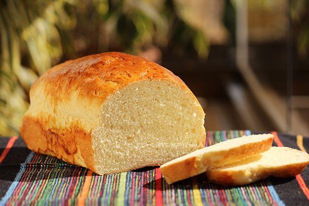 A receita desse pão é muito famosa no Rio de Janeiro, ele costuma ser servido em fatias torradas na Confeitaria Colombo e há muitos anos é servido por lá. Há alguns anos atrás a Ana Maria Braga ensinou a fazer...