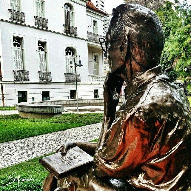 O Parque da Residência está localizado em Belém. O local já foi residência oficial dos governadores do estado paraense. Hoje, além de abrigar a Secretaria de Cultura do Estado, funciona como Área de Lazer com belos jardins, orquidário, coreto e a famosa estátua do poeta paraense Ruy Barata! Foto: @osergio