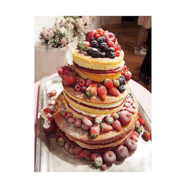 * 二次会の か、かわいい * 実はわたしもこのデザイン憧れてました 実物が見れて感動☺️ * #パンさんの結婚式 #ウエディングケーキ #二次会 #ネイキッドケーキ #wedding #weddingcake #pancake #berry #tokyo