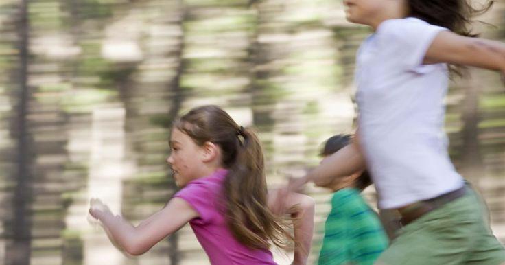 Jogos populares para crianças de 6 a 12 anos. Crianças de 6 a 12 anos de idade gostam de participar de brincadeiras agitadas em grupo na escola, na igreja ou em grupos jovens. Nesta idade, eles podem jogar jogos com regras mais complexas e trabalhar em equipe para formular estratégias. Jogos ativos atraem meninos e meninas e são úteis para integrar grupos inteiros em uma mesma atividade. ...