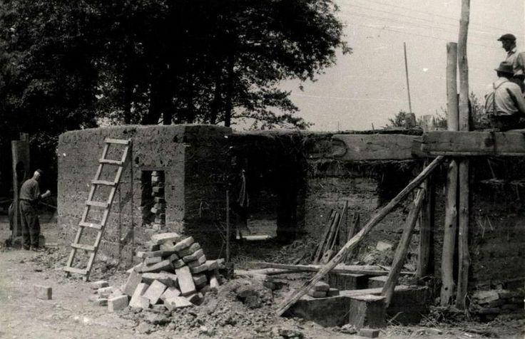 A hottói kovácsműhely építése.