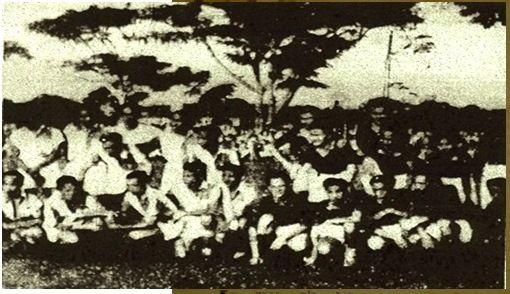 Gambar 6. Foto bersama kesebelasan sepak bola tim Chung Hua Hui dan P.O.R.I., Djakarta, 2 Mei 1947. Sumber: Merdeka, 29 Mei 1947. Modern Indonesia Project Microfiche collection (Cornell University).