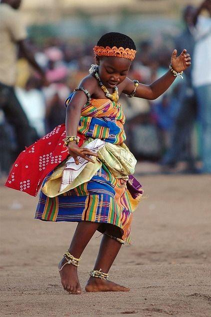 Pourquoi les kamites remuent le bassin en dansant? La plus part des kamites ne connaissent que la version des européenne, à savoir que l'africain est un sauvage, un peu obscène, un peu obséder par le sexe, qu'il aime danser, il a la danse dans le sang...