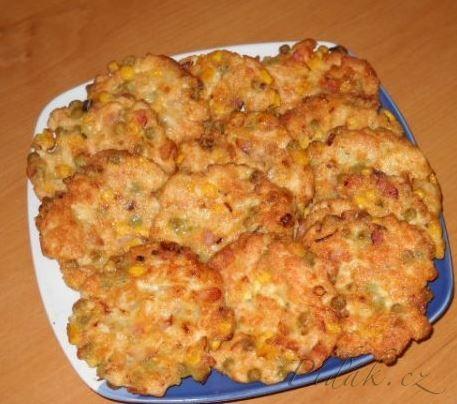 Kuřecí mini řízečky 3/4 -1kg kuřecích prsních nebo stehenních řízků, 1 malá cibule malý hrášek a malá kukuřice Bonduell v plechovce 15dk anglické slanin 2 vejce 2 polévkové lžíce solamylu sůl olej na smažení POSTUP PŘÍPRAVY:   Kuřecí maso nakrájíme na opravdu drobné kousíčky, přidáme na jemno cibulku a anglickou slaninu a pak přidáme ostatní ingredience. Vše dobře promícháme a necháme v lednici cca 1/2 hodky odležet. Potom na rozpálený olej děláme lžící malé řízečky. Podáváme s bramborem.