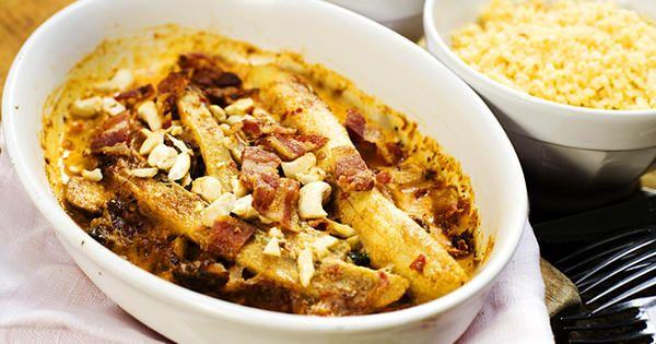 Färdiggrillad kyckling, jordnötter, knaperstekt bacon, chilisås, grädde och bananer i en oslagbar kombination. Flygande Jacob är en riktig klassiker!
