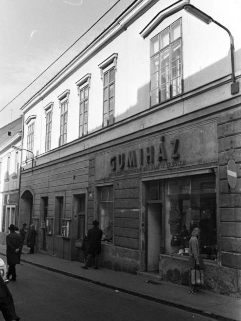 Ferencesek utcája (Sallai utca) 8., a Jókai térről nézve.