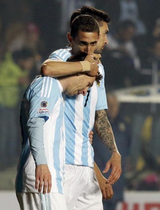 Di Maria felicita a Messi por la asistencia. Copa America 2015.