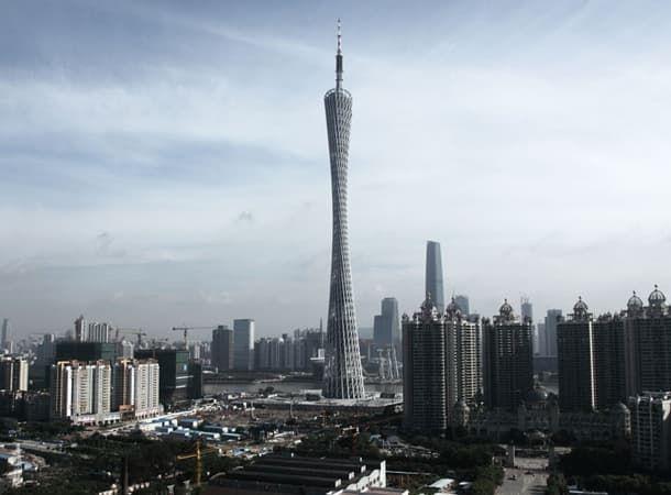 Torre de televisión de Cantón. Estructura retorcida de tubos de acero Esta preciosa estructura es la Torre de televisión de Cantón para la ciudad china de Guangzhou. Por eso también se la conoce como la Guangzhou TV. Su altura hasta la punta de la antena es de 610m pero su cuerpo principal se queda en los 450m. Es una cota similar a rascacielos tan importantes como la torre Taipei 101 las Torres Petronas o el rascacielos Sears de Chicago. Aún así es la segunda torre tecnológica más alta del…