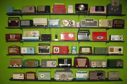 vintage radio collection - photo via Campbells Loft fb page: Collection Display, Interiors Design, Retro Radios, Kitschi Living, Retro Entertainment, Radios Collection, Kitschi Wonderland, Radios Design, Retro Vintage
