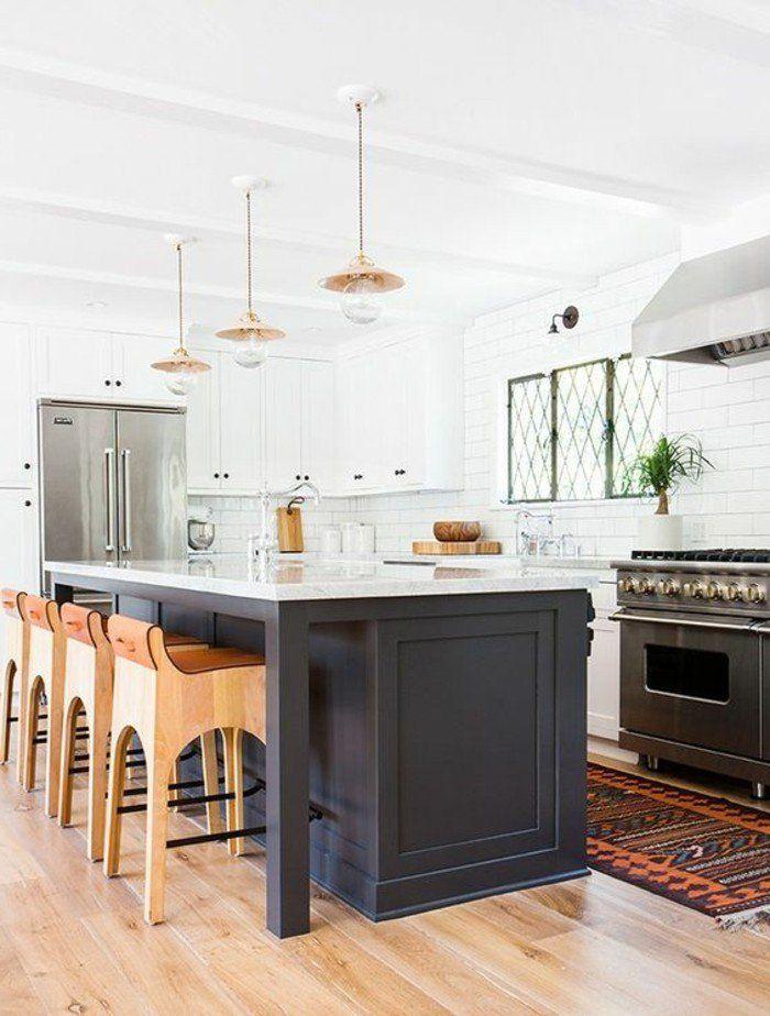 cuisine équipée avec ilot central, chaises en bois, ilot gris avec un comptoir blanc