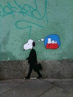 """""""Snoopy, the Modern Man""""  Es werden bestehede Assoziatione verwendet um im Betrachter eie gewisses Gefühl zu erzeugen.  Hier ist es, das man einerseits den Amzugtragenden Angestellten kennt, der pflichtbewusst seiner Arbeit nachgeht und auf der anderen Seite Snoopy, der davon träumt einfach nur auf seiner Hütten zu faulenzen, in der Pose in der er in der Comic Literatur dargestellt wurde."""