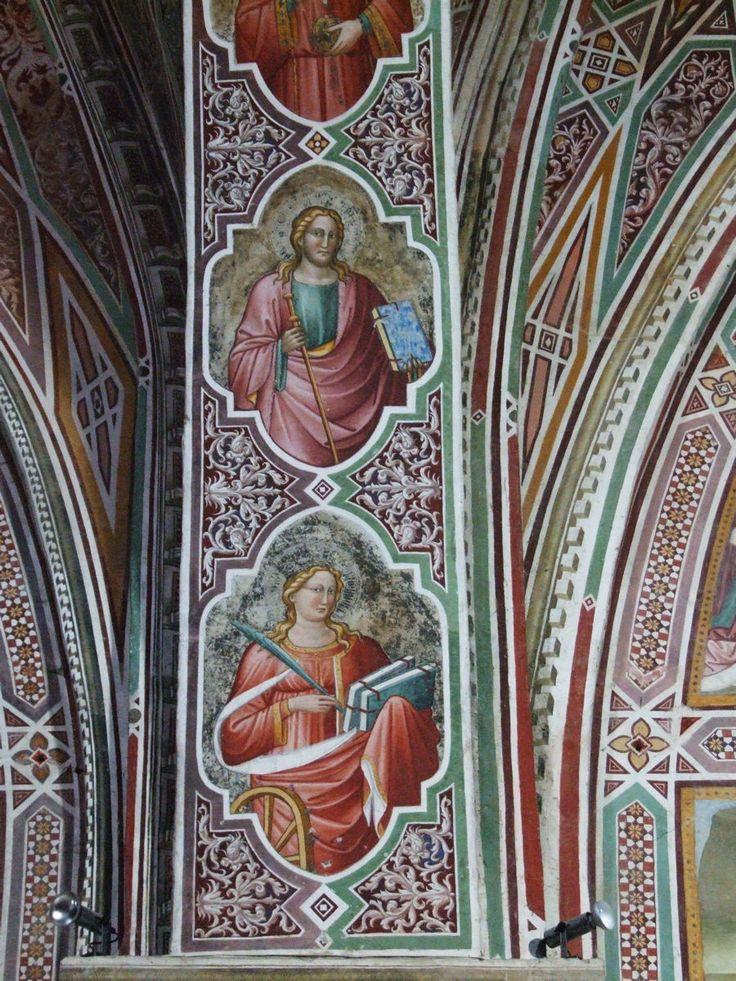 Volterra San Francesco-Busti di santi sull'arcata che divide le due campate della Cappella
