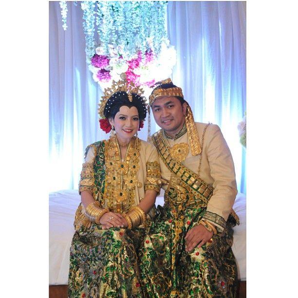 .@riskaanton   #akadnikah #bajubodo #adat #bugis #gold #green #decoration #riskarachmat #ri...   Webstagram - the best Instagram viewer