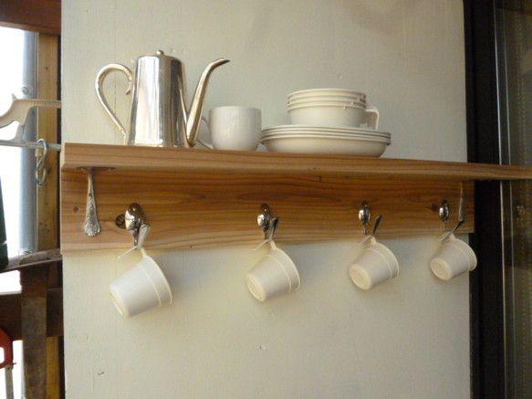 杉のムク板に蜜蝋ワックスで仕上げた棚板にスープスプーンを加工したアングルを取付し,フックにはコーヒースプーンを手曲げして取付ました。全て手加工のオリジナル製品...|ハンドメイド、手作り、手仕事品の通販・販売・購入ならCreema。