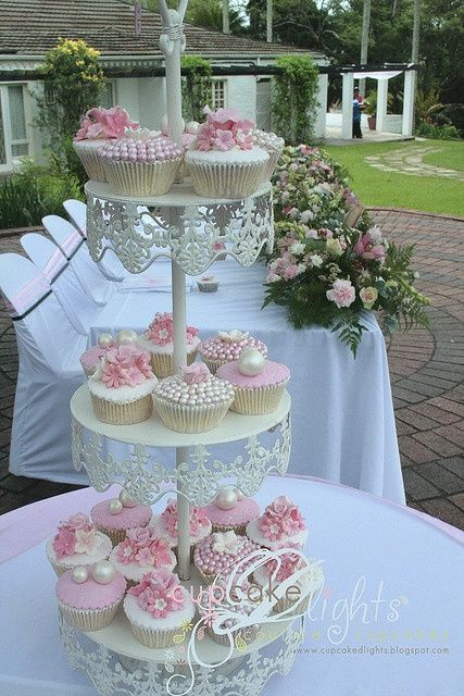 Vintage white and pink wedding cupcakes - such a divine display #weddingcupcakes #wedding #cupcakes #vintagewedding #vintage