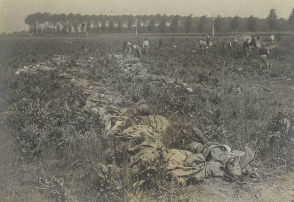 Près de la voie ferrée au nord-ouest de Villers-au-Bois, des brancardiers relevant des cadavres français, le 22 mai 1915.