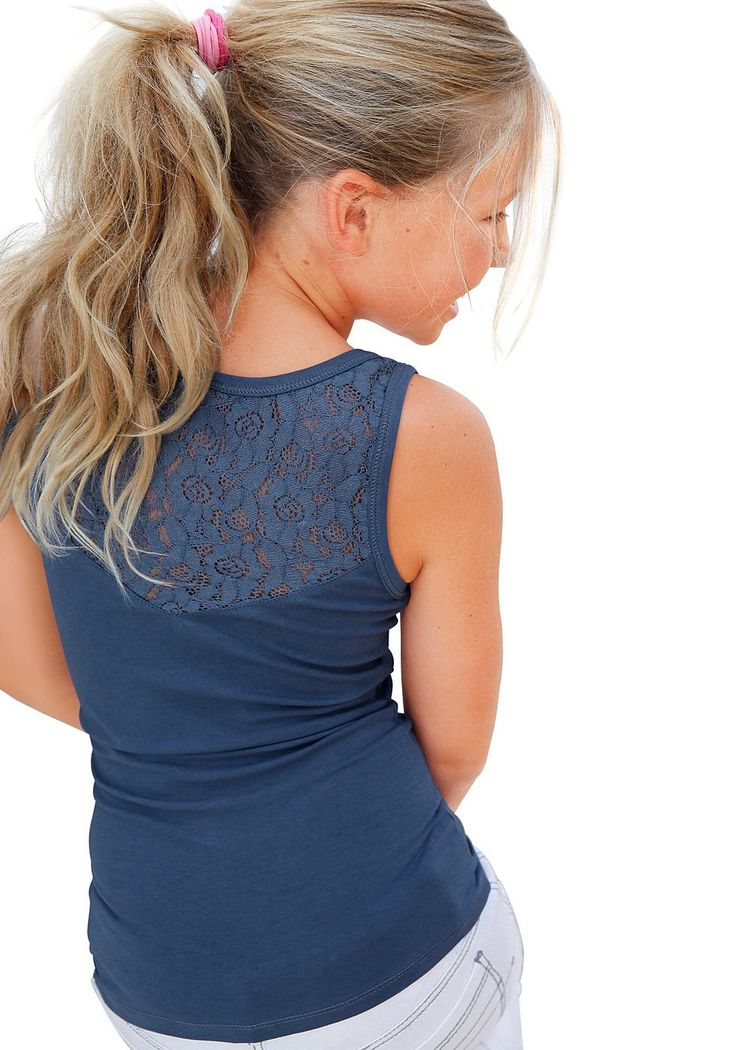 Produkttyp , Top, |Qualitätshinweise , Hautfreundlich Schadstoffgeprüft, |Materialzusammensetzung , Obermaterial: 95% Baumwolle, 5% Elasthan, |Farbe , Blau, |Passform , Schmale Form, |Schnittform/Länge , hüftlang, |Ausschnitt , Kante eingefasst, |Ärmelstil , ohne, |Armabschluss , Kante eingefasst, |Träger , Breit, |Saumabschluss , Kante abgesteppt, |Applikationen , Spitze, |Optik , uni, |Pflege...